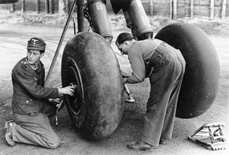 Luftwaffe groundcrew servicing a Heinkel He 177A's main-gear wheels and tires, February 1944 Bundesarchiv Bild 101I-668-7162-06A, Flugzeug Heinkel He 177, Fahrgestell.jpg