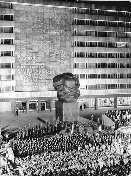 File:Bundesarchiv Bild 183-K1010-0007, Chemnitz, Karl-Marx-Denkmal, FDJ Versammlung.jpg