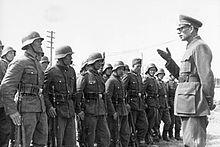 Bundesarchiv Bild 183-N0301-503 генерал Wlassow мит Soldaten дер ROA.jpg