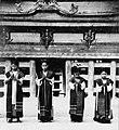 COLLECTIE TROPENMUSEUM Danseressen tijdens de Si gale gale dans met op de achtergrond de rajawoning te Simanindo TMnr 20000331.jpg