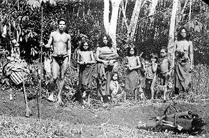 Orang Rimba people - Image: COLLECTIE TROPENMUSEUM Een groep Koeboes mannen vrouwen en kinderen uit Djambi T Mnr 10005794