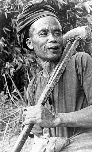 Toba Batak people - Image: COLLECTIE TROPENMUSEUM Een man van Toba Batak afkomst met een patjol (gereedschap om het land te bewerken) te Samosir Noord Sumatra T Mnr 10005435