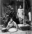 COLLECTIE TROPENMUSEUM Studioportret van twee vrouwen tijdens het stampen en zeven van rijst TMnr 60019838.jpg