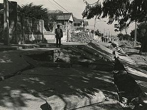 1985 Algarrobo earthquake - Image: Calle destruida por el terremoto de 1985