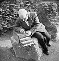 Cameesnijder aan het werk zittend op een steen bij het Colosseum, Bestanddeelnr 191-1235.jpg