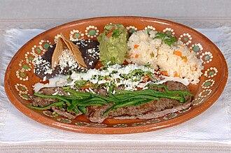 Platter (dishware) - Image: Carne a la tampiqueña