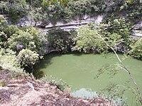 une piscine naturelle entourée de falaises