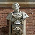 Château de Versailles, cour de marbre, buste d'empereur romain, Vdse 98 02.jpg