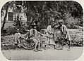 Chinesischer Photograph um 1875 - Für die Kamera ausraubend (Zeno Fotografie).jpg