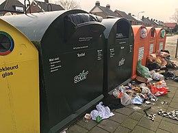 Afvalcontainers in gemeente Halderberge. Het inzamelen en verwerken van afval is een taak van de gemeente