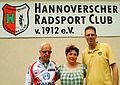 Cora Kielhorn Reinhard Kramer und Thomas Munz Hannoverscher Radsport-Club von 1912 e.V. vor dem Vereinshaus am Weddigenufer 23.jpg