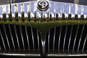 Daimler Company - Flutes: Daimler's traditional radiator grille topped by now-vestigial cooling fins adopted by 1905