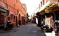 Der Autoverkehr hält sich auch in den breiteren Gassen der Medina in Grenzen. - panoramio.jpg