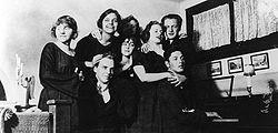 Det Kgl. Svenske Teaters elevskoleklasse 1922-1924:   Fra venstre Lena Cederström, Karl-Magnus Thulstrup, Mona Mårtensson, Mimi Pollak, Vera Schmiterlöw, Greta Garbo, Alf Sjöberg og Håkan Westergren.