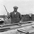 Drooglegging van de Wieringermeerpolder Man met koevoet en plank hout, Bestanddeelnr 900-8327.jpg