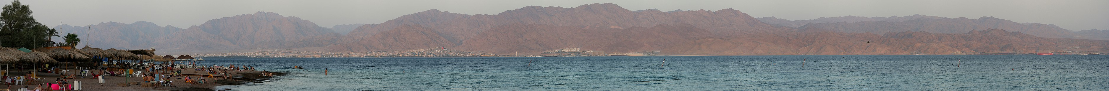 Панорамный вид на залив Акаба с пляжа южнее Эйлата (Израиль); на заднем плане видна Акаба (Иордания)
