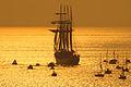 El buque escuela Juan Sebastián Elcano partiendo de la Bahía de Bayona-07.jpg
