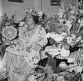 Feestelijk geklede vrouw temidden van bloemen bij een feest in Paramaribo, Bestanddeelnr 252-2454.jpg