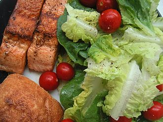 Salad - Green leaf salad with salmon and bread