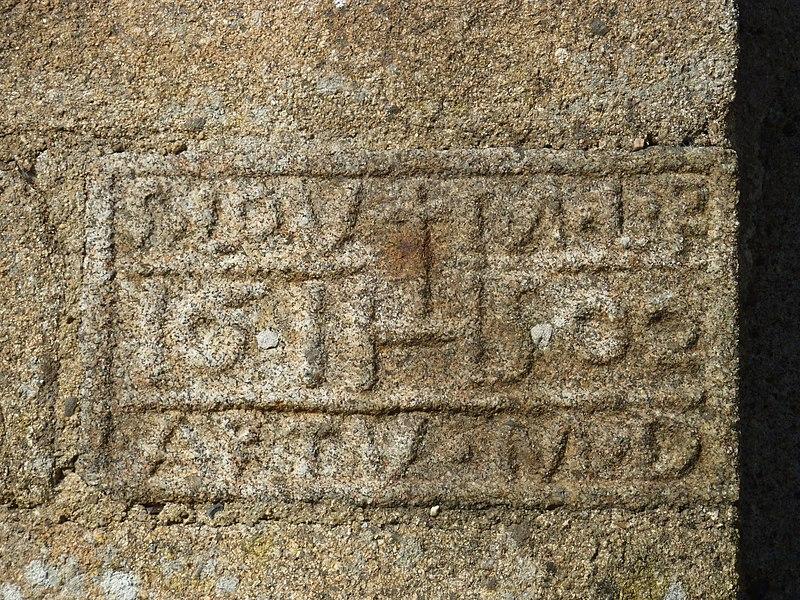 Église de Saint-Loup, Manche, France. Date de rénovation de l'église en bas-relief sur le chevet.