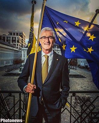 Geert Bourgeois - Image: Geert Bourgeois Martelarenplein Brussel