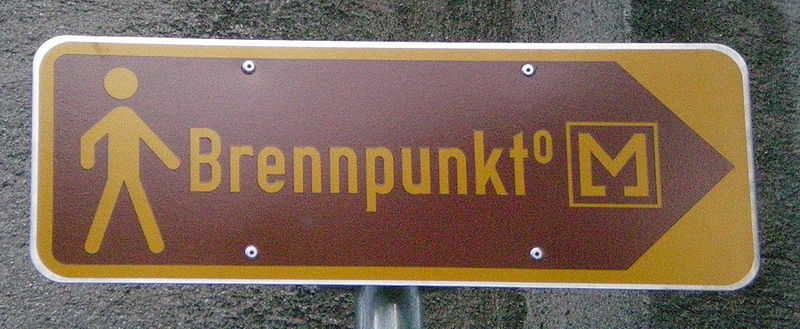 File:GuentherZ 2010-03-08 5693 Wien12 Wegweiser Museum Brennpunkt.jpg