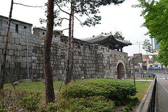 Gwanghuimun - Image: Gwanghuimun Gate, with Fortress Wall, Seoul, Korea