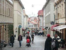 Gågatan Haga Nygata set fra øst.   Gaden er belagt med brosten og 1800-talshusen er bevarede.