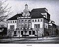 Heilbronn, Altes Theater, Gesamtansicht von Osten, Entwurf Theodor Fischer (1862-1938). Quelle - Hugo Licht, Das Stadttheater in Heilbronn, (Der Profanbau), Verlag J. J. Arnd, Leipzig 1913.jpg
