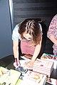 Heleen van Royen signeert een boek in de boekenberg in Spijkenisse.jpg