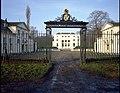 """Het kasteel """"Hof ter Linden"""", algemeen zicht met smeedijzeren Louis XVI poort - 354772 - onroerenderfgoed.jpg"""