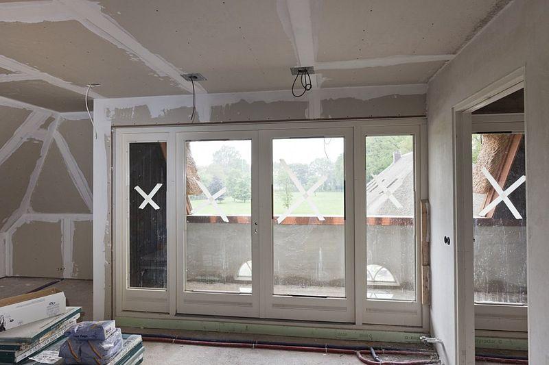 File:Interieur eerste verdieping achterhuis, kamer met schuifpui en klein balkon - Glimmen - 20534834 - RCE.jpg