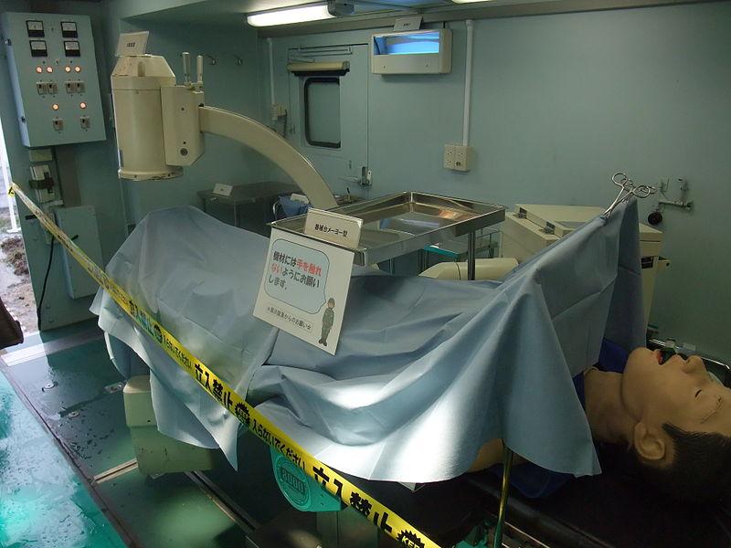 手術ユニット内の手術台・X線透視装置