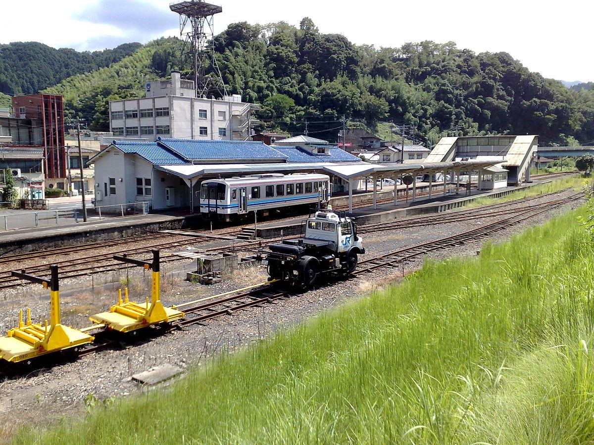 石見川本駅に停車中の列車