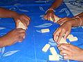 Jouer aux dominos.JPG