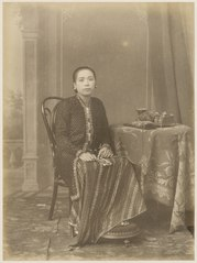 KITLV 10017 - Kassian Céphas - Gusti Raden Ayu Timur in court dress, belonging to the family of Hamengkoe Buwono VII sultan of Yogyakarta - Around 1885.tif