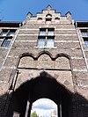 kasteel helmond, binnenplaats, gevel boven ingang