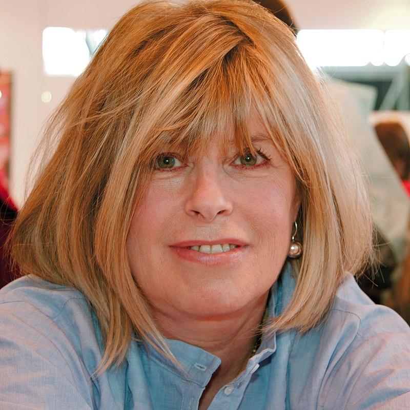 Séance de dédicaces avec Katherine Pancol, lors du Salon du livre 2009 (Paris, France) | Source : Wikimedia.