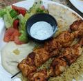 Kebab de pollo, humus, ensalada, arroz, pita y salsa de yogurth.png