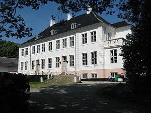Krogerup set fra gårdsiden. Hovedbygningen er opført i 1772-1776 som et sent eksempel på rokokostilen og ombygget i 1837. Foto: Urbandweller, 2010. Mere: http://da.wikipedia.org/wiki/Fil:Krogerup_02.JPG