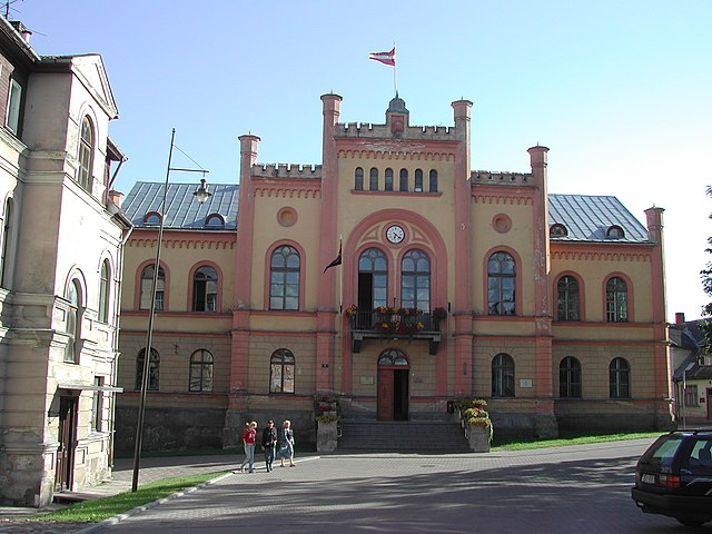 https://upload.wikimedia.org/wikipedia/commons/thumb/a/a9/Kuldiga-town_hall.JPG/640px-Kuldiga-town_hall.JPG