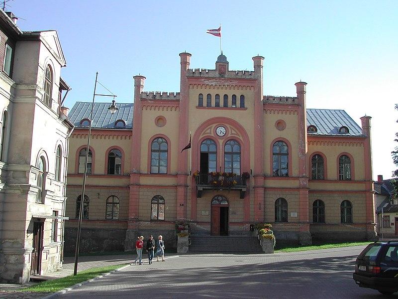 http://upload.wikimedia.org/wikipedia/commons/thumb/a/a9/Kuldiga-town_hall.JPG/800px-Kuldiga-town_hall.JPG
