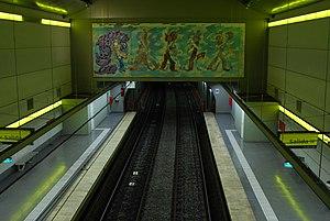 Caseros (Buenos Aires Underground) - Image: Línea H, los andenes y el mural (Buenos Aires, noviembre 2008)