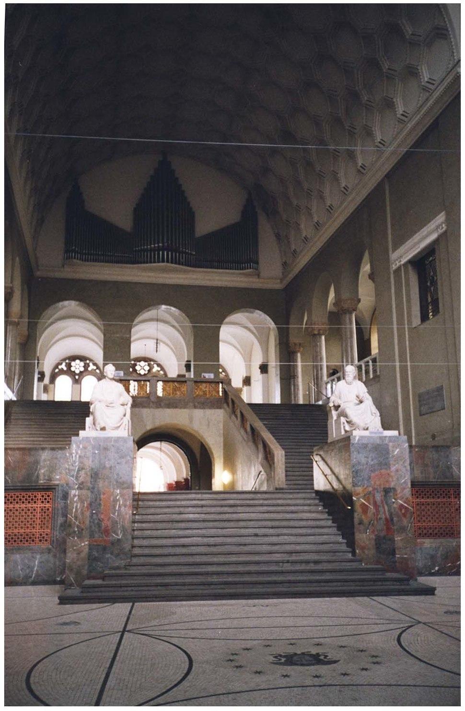 מדרגות בכניסה לבניין הראשי של האוניברסיטה