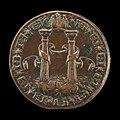 """De keerzijde van een bronzen medaille uit 1553 van de beeldhouwer Leone Leoni, 4,2 centimeter van boven naar beneden, met de twee gecanneleerde kolommen verbonden met een banderolband, in een zee van golven.  Rond de omtrek, in hoofdletters, staat: PLVS.OUTRE (dat wil zeggen, in het Engels, """"And beyond]"""