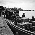 Linjalaiva Slavan barkassi miehistöineen lähdössä Eteläsatamasta Kruunuvuoren selän redille - N2169 (hkm.HKMS000005-000001ka).jpg