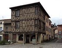 Maison à colombages sur la place de Saint-Germain-Laval.jpg