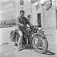 Man op motorfiets, Bestanddeelnr 255-1421.jpg