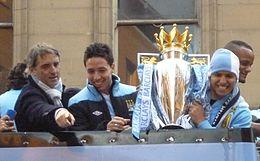Mancini, assieme a Nasri e Agüero, festeggia la vittoria del Manchester City nella Premier League 2011-2012