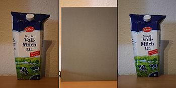 Im ersten Bild ist eine unter Kunstlicht aufgenomme Milchtüte mit verfälschten Farben zu sehen. Im zweiten Bild wurde in gleicher Lichtsituation vor die Milchtüte eine Graukarte zum manuellen Weißabgleich positioniert. Nachdem die Kamera entsprechend kalibriert wurde ist im dritten Bild eine korrekte Farbgebung zu erkennen